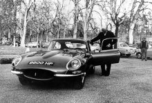 جاكوار إي تايب طراز 77 RW في جولة تعريفية مع سائق التجارب ومهندس التطوير نورمان دويس، جنيف 1961.